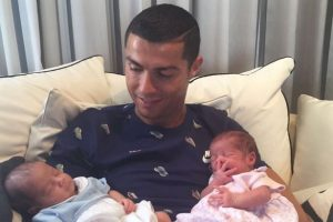 Cristiano-Ronaldo-with-his-newborn-baby-twins-300x200